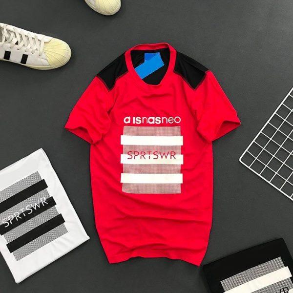 Áo thun nam Ad neo cổ tròn với chữ SPRTSWR trước ngực đỏ