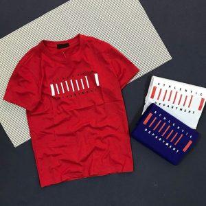Áo thun nam cổ tròn với dòng chữ cách điệu trước ngực đỏ