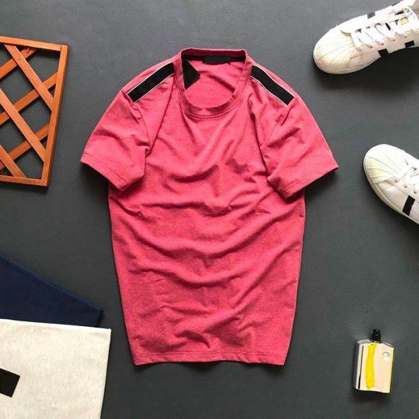 Áo thun nam cổ tròn với phần vai thêu nền đen hồng