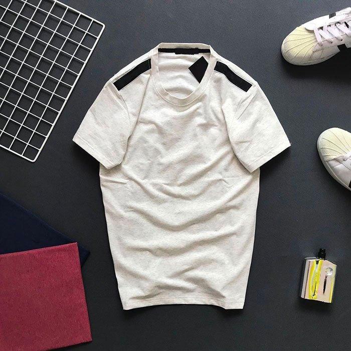 Áo thun nam cổ tròn với phần vai thêu nền đen trắng