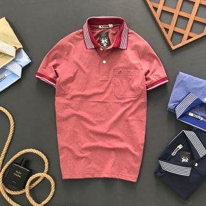 Áo thun nam trơn cổ bẻ có túi với hoạ tiết đường kẻ ở cổ áo đỏ