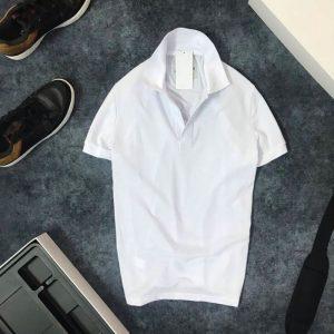 Áo thun nam trơn cổ bẻ AR với logo bên trái trắng