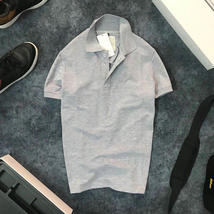 Áo thun nam trơn cổ bẻ AR với logo bên trái xám